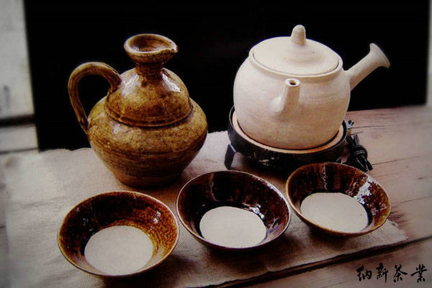 由于煮茶法与泡茶是完全不同的两种品茶方式,所以对茶的评价标准也有所不同。除了好的口感、赏心悦目的汤色这些共同的特征以外,泡茶可以感 觉到每一泡口感的变化,而煮茶则追求口感稳定。如果说泡茶丰富变化的口感令人回味,那么煮茶始终如一的口感魅力何在呢?答案是:丰富变化的体感,讲到这 里,资深茶人可能立刻会想到卢仝的七碗茶诗,难怪一直在写身体的感受而不是口感的变化。